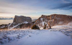 Le Mont Aiguille apparaît depuis le Pas des Bachassons