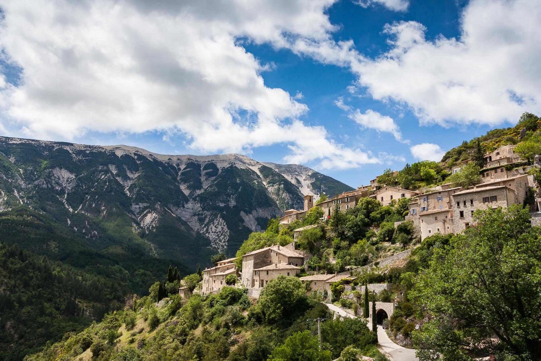 Le village de Brantes au pied du Mont Ventoux