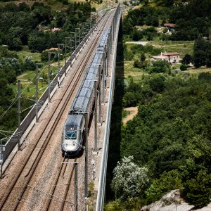 TGV à 300 km/h dans la campagne drômoise