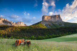 Vieux tracteur devant le Mont Aiguille